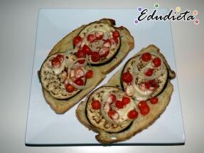 Tajada de pan con vegetales al horno